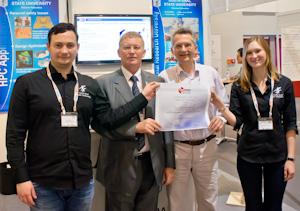Команда ЮУрГУ демонстрирует диплом, подтверждающий попадание суперкомпьютера